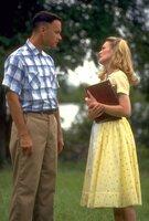 Forrest (Tom Hanks, l.) ist auf der Suche nach seiner Sandkastenliebe Jenny (Robin Wright, r.), um ihr einen Heiratsantrag zu machen. Obwohl er immer wieder von ihr zurückgewiesen wurde, kämpft Forrest unbeeindruckt weiter um ihr Herz ...