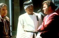 Dr. McCoy (DeForest Kelley, l.) Mr. Spock (Leonard Nimoy, M.) und Kirk (William Shatner, r.) im San Francisco der Gegenwart ...