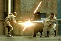 Zwischen Qui-Gon Jinn (Liam Neeson, l.), Obi-Wan Kenobi (Ewan McGregor, r.) und dem finsteren Teil der Macht, Darth Maul (Ray Park, M.), entbrennt ein Kampf auf Leben und Tod ...