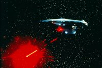 Das klingonische Raumschiff wird von der Enterprise beschossen ...