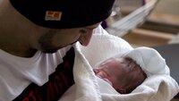 Vater mit seinem Baby nach einer (Sectio) Kaiserschnittgeburt.