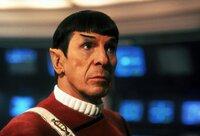 Der Vulkanier Sybok hat die Kontrolle über die Enterprise übernommen. Capt. Spock (Leonard Nimoy) und sein Team überlegen, wie sie ihm diese wieder abnehmen können ...