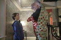 Ein Weihnachtsgeschenk der anderen Art: Finn (Christian Martyn, l.) hat dem Einbrecher Sinclair (Malcolm McDowell, r.) eine festliche Falle gestellt ...