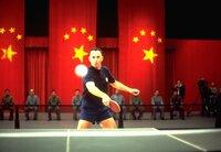 Dank seiner läuferischen Fähigkeiten hat Forrest (Tom Hanks) ein bewegtes Leben: Als Weltklasse-Tischtennisspieler darf er sogar als erster US-Bürger in die Volksrepublik China einreisen, um dort an einem Turnier teilnehmen zu können ...