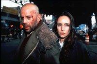 L-R: James Cole (Bruce Willis) und Kathryn Railly (Madeleine Stowe)