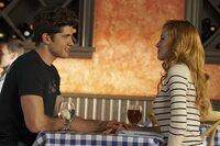 Eben hält Rainer (Carter Jenkins, l.) noch eine lange Rede über die Trennung von Privat- und Arbeitsleben, doch dann greift er nach Paiges (Bella Thorne, r.) Hand ...