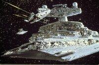 """Han Solos Schiff """"Millenium Falcon"""" (l.) versucht verzweifelt, einem imperialen Sternenkreuzer (r.) zu entkommen ..."""