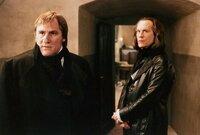 In den Wirren des Aufstands wird Javert (John Malkovich, rechts), der sich bei den Revolutionären als Spitzel eingeschlichen hat, enttarnt und soll exekutiert werden. Jean Valjean (Gérard Depardieu, links) kommt ihm überraschend zur Hilfe.