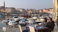 Im Hafen des istrischen Ortes Rovinj lässt es sich entspannt essen und trinken - am besten im Herbst, wenn der Sommertrubel vorbei ist.