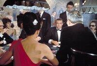James Bond (Sean Connery) hat sein nächstes Ziel schon fest im Visier.