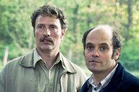 Die Halbbrüder Elias (Mads Mikkelsen, li.) und Gabriel (David Dencik, re.)