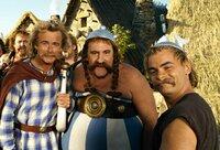 Asterix (Clovis Conrillac, r.) Obelix (Gérard Depardieu, M.) und Troubadix (Franck Dubosc) reisen nach Griechenland, denn ihr Freund Romantix muss die Olympischen Spiele gewinnen, um Prinzessin Irinas Gemahl werden zu können ...