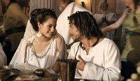 Schwer verliebt: Prinzessin Irina (Vanessa Hessler, l.) und Romantix (Stéphane Rousseau, r.). Doch Gegenspieler Brutus will nicht nur Herrscher des Römischen Reiches werden, sondern auch die Prinzessin haben - um jeden Preis ...