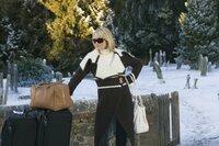 Bei ihrer Ankunft in England hat Amanda (Cameron Diaz) nicht unbedingt die richtigen Schuhe an, um einen vereisten Weg mitsamt schwerem Gepäck zu bewältigen.
