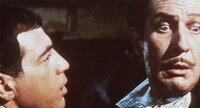 Der intrigante Hausarzt Dr. Leon (Anthony Carbone, li.) versucht, Nicholas Medina (Vincent Price) in den Wahnsinn zu treiben ...
