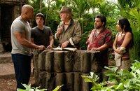 Müssen nach einem Weg von der geheimnisvollen Insel finden, als sie merken, dass diese droht, unterzugehen: (v.l.n.r) Hank (Dwayne Johnson), Sean (Josh Hutcherson), Alexander (Michael Caine), Gabato (Luis Guzmán) und Kailani (Vanessa Hudgens) ...