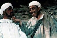 Ali Baba (Fernandel, rechts) sagt sich von seinem raffgierigen Herrn Cassim (Henri Vilbert) los.