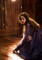 Kommt einem Mädchen zu Hilfe, dass die Macht haben könnte, das Schicksal der Welt zu verändern: Hexe Serafina Pekkala (Eva Green) ...