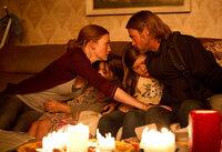 Wie geht es nun weiter? Während die Töchter Constance (Sterling Jerins, 2.v.l.) und Rachel (Abigal Hargrove, 2.v.r.) schlafen, beraten sich Kerin (Mireille Enos, l.) und Gerry (Brad Pitt, r.) ...