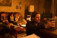 Bald müssen sie das Versteck im Hochhaus verlassen, die Zombies kommen: Gerry (Brad Pitt, vorne), Karin (Mireille Enos, l.), Constance (Sterling Jerins, 2.v.l.) und Rachel (Abigail Hargrove, 3.v.l.) versuchen Kraft zu sammeln ...