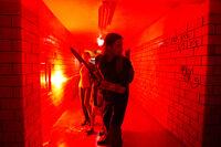 Sie konnten sich gerade so in ein Wohnhaus flüchten, draußen toben Zombies und jetzt wird es auch bei ihnen gefährlich. Gerry (Brad Pitt, vorne) und seine Ehefrau Karin (Mireille, hinten) sind auf der Hut ...