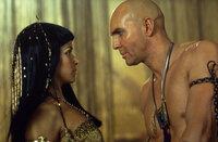 Wollen ihre Liebe erneut aufleben lassen: Imhotep (Arnold Vosloo, r.) und Anck Su Namun (Patricia Velasquez, l.) ...