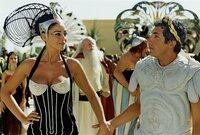 Kleopatra (Monica Bellucci) hat sich auf eine Wette mit Cäsar (Alain Chabat) eingelassen. Sie wettet mit ihm, dass es die Ägypter schaffen, innerhalb von drei Monaten einen Palast zu bauen.