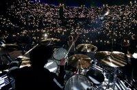 """Ein einziges Lichtermeer: Bei einem Konzert der Tournee """"Laune der Natour"""" zückt das Publikum die Feuerzeuge, als die Toten Hosen ihren Song """"Alles passiert"""" spielen."""