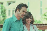 Für den Banditen (Burt Reynolds, l.) steht eine neue Aufgabe bevor: Er soll einen Elefanten in drei Tagen quer durchs Land transportieren. Schwierige Aufgabe, vor allem da ihm der Sheriff dich auf den Fersen ist. Doch was ist mit Carrie (Sally Filed, r.)? Ist sie Freund oder Feind?