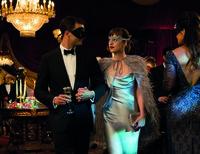 Ihr großer Auftritt: Anastasia (Dakota Johnson) zeigt sich zum ersten Mal mit Milliardär Christian (Jamie Dornan) gemeinsam in der Öffentlichkeit bei einem großen Maskenball.