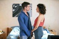 Emilia (Liza Tzschirner) erzählt Jonas (Philipp Danne), dass sie schwanger ist - und nicht weiß von wem.