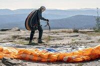 Paraglider Daniel Körner (Timo Jacobs) macht sich bereit zum Absprung.