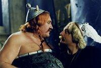 Asterix (Christian Clavier, re.), Obelix (Gérard Depardieu, li.) und Miraculix machen sich mit dem Zaubertrank auf den Weg nach Ägypten, um beim Bau des Palastes zu helfen.