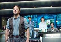 """Der ehemalige Soldat Owen (Chris Pratt) soll den neuen Freitzeitpark """"Jurassic World"""" begutachten, um festzustellen, ob er auch wirklich für seine Besucher sicher ist..."""