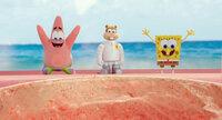 Um Bikini Bottom zu retten, müssen Patrick (l.), Sandy Cheeks (M.) und Spongebob (r.) ihre Unterwasserstadt verlassen und es mit dem fiesen Piraten Burger-Bart aufnehmen. Dabei machen sie abenteuerliche Entdeckungen jenseits des Ozeans ...