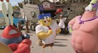 Mr. Krabs (l.), Spongebob (M.) und Patrick (r.) müssen es jenseits des Ozeans mit dem fiesen Piraten Burger-Bart aufnehmen. Können sie mit Hilfe von einigen Superkräften Bikini Bottom retten?