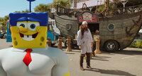 Ohne das geheime Krabbenburger-Rezept, das geklaut wurde, ist Bikini Bottom für immer verloren. Spongebob (l.), der selbst verdächtigt wird, muss jenseits des Ozeans gegen den fiesen Piraten Burger-Bart (Antonio Banderas, r.) kämpfen ...