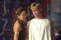 Olympias (Angelina Jolie, l.) ist stolz auf ihren Sohn Alexander (Colin Farrell, r.). Ob sie wohl ahnt, dass er später als der grösste Eroberer aller Zeiten in die Geschichte eingehen wird?