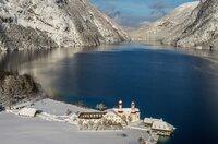 Eingebettet in eine blauweiße Bilderbuchlandschaft: der Königssee im Winter