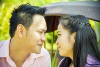 Stockfotografie Schönes Paar schaut in Romantik-Szene zusammen