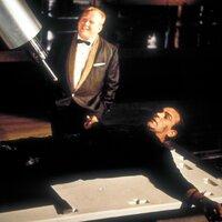 Goldfinder (Gert Fröbe) ist sicher, das er James Bond (Sean Connery) beim Verhör die notwendingen Informationen entlocken kann