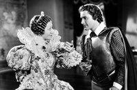 Kapitän Geoffrey Thorpe (Errol Flynn) warnt Königin Elisabeth (Flora Robson) vor einem Angriff der Spanier.