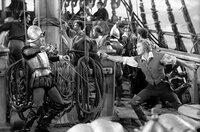 Der spanische Kapitän Lopez (Gilbert Roland, li.) und der britische Kapitän Thorpe (Errol Flynn, re.) messen ihre Kräfte in einem Fechtkampf auf Deck.