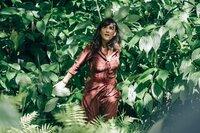 Victoria (Romane Bohringer) möchte sich ein Bild machen von der Insel, auf der sie gerade angekommen ist.