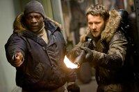 Jameson (Adewale Akinnuoye-Agbaje, l.) und sein Kollege Carter (Joel Edgerton, r.) machen Jagd auf das Alien.