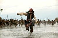 Steckt wie gewöhnlich in Schwierigkeiten: Captain Jack Sparrow (Johnny Depp) ...