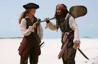 Als Elizabeth (Keira Knightley, l.) erfährt, dass Jack Sparrow (Johnny Depp, r.) ihren Freund Will ausgetrickst hat, geht sie auf Ganze ...