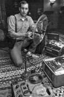 Ben Burtt mit alten Aufnahmegeräten