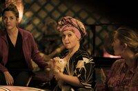 Ella Dielemann (Emily Cox, l.); Lulu Senft (Maite Kelly, r.)