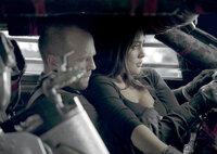Bei dem mörderischen Rennen bekommt Jensen Ames (Jason Statham) die Beifahrerin Case (Natalie Martinez) zur Seite gestellt, die ihm beim Bedienen der Waffen hilft.